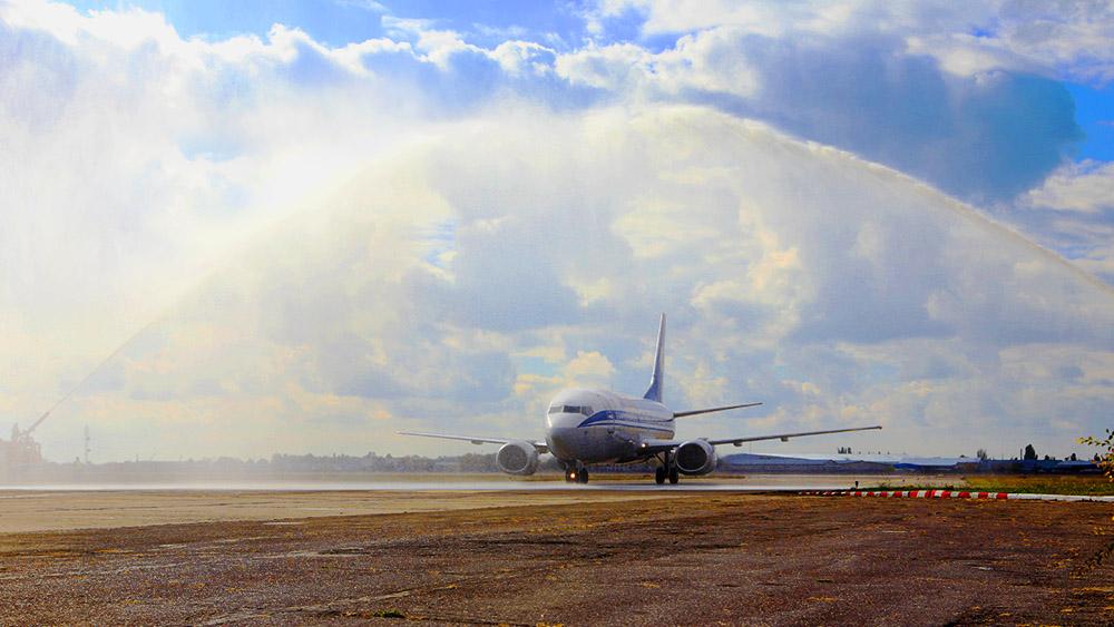 Авиасанкции против РФ вступили в силу — в Одессе торжественно встретили первый рейс из  Беларуси (фото)