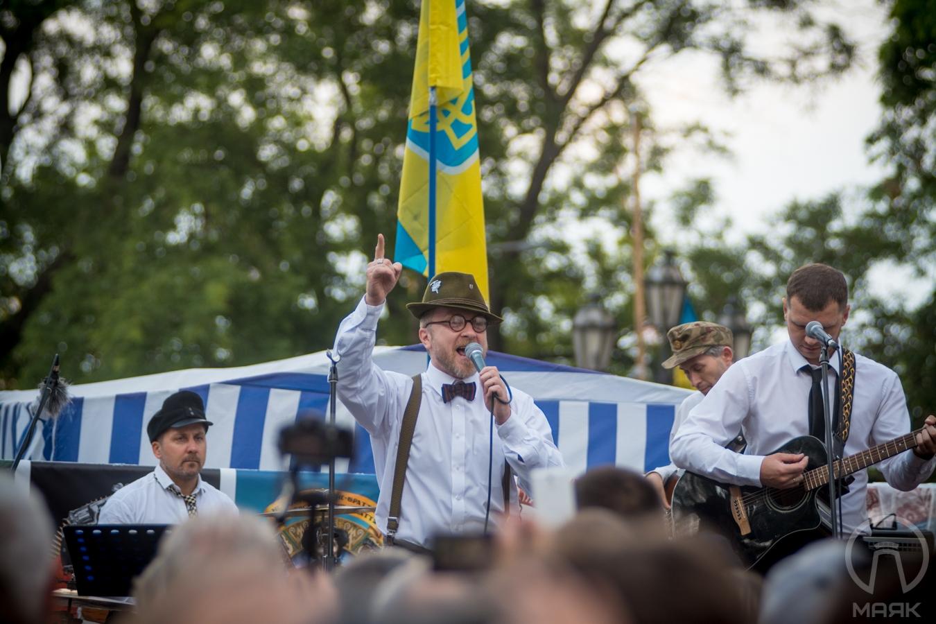 «Лагідний українізатор» Орест Лютый дал концерт перед мэрией Одессы (фото)