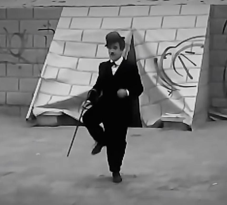«Чарли Чаплин вернулся»: имперсонатор великого артиста в Одессе танцевал под «Хава нагила» (видео)