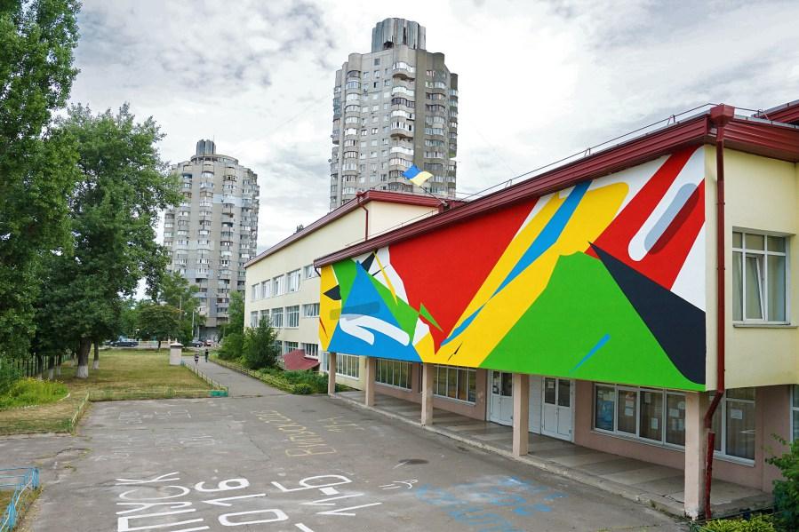 Slight Presence of Transparency («Незначительное присутствие прозрачности», художник Elian (Аргентина). Проект Mural Social Club Киев, фасад киевской средней школы №219