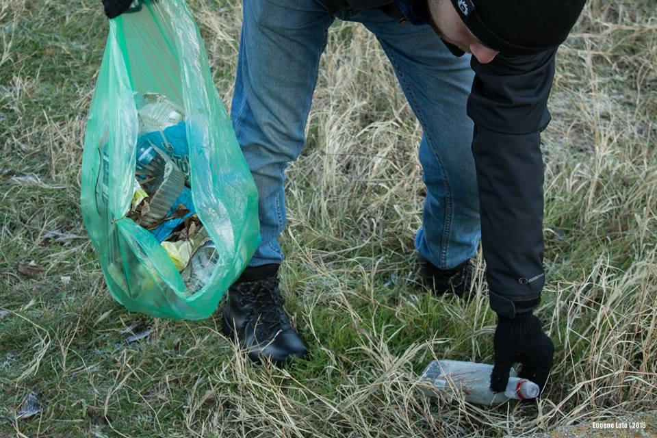 Волонтеры собрали 12 пакетов мусора всего на 140 метрах Трассы здоровья
