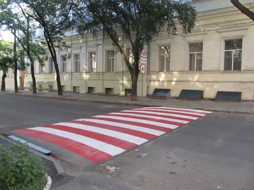 Рядом с одесскими школами оборудовали «приподнятые» пешеходные переходы