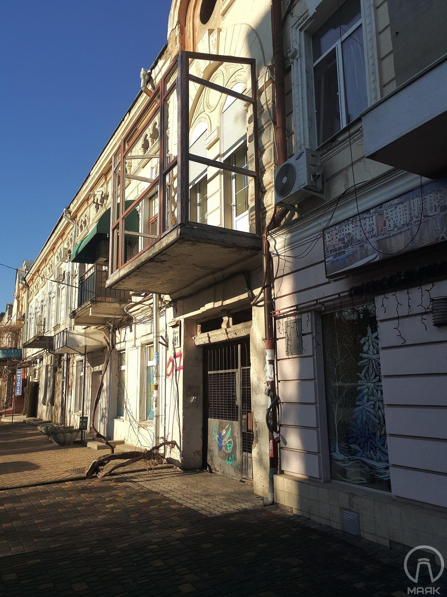 На Базарной устанавливают большой пластиковый балкон на дом-памятник архитектуры