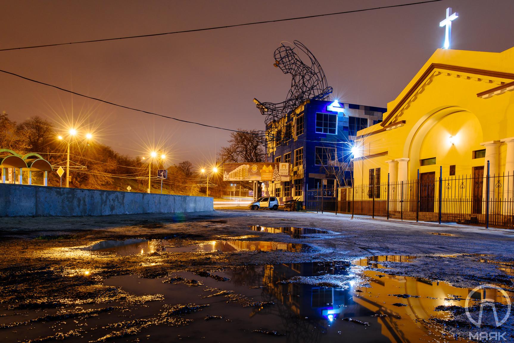 """""""Дверь рая"""": в Одессе установили огромную скульптуру ангела со смартфоном"""