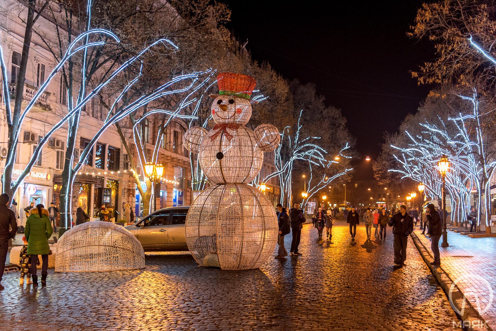 На Дерибасовской установили огромных снеговиков