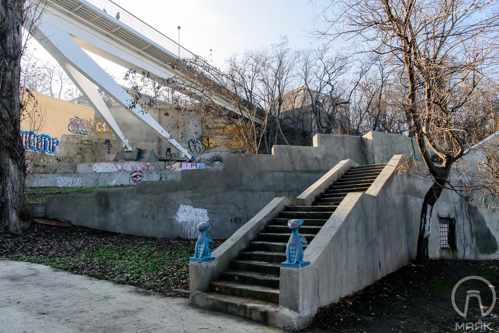 В Одессе установили скульптуры котов, инсталляции машинок и огромные кеды