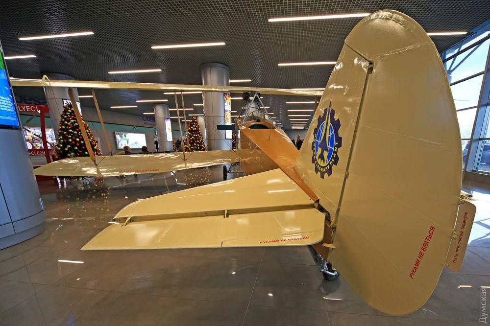 В зале Одесского аэропорта появился самолет времен Первой мировой