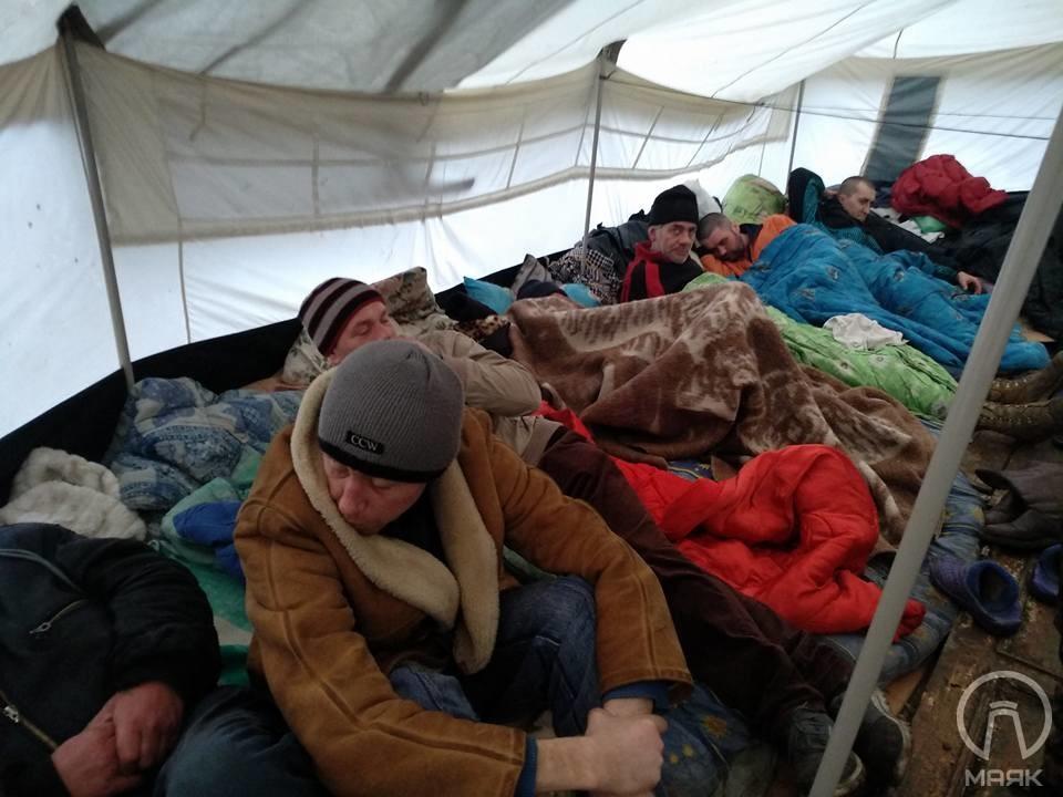 В Одессе владельца палатки, установленной для обогрева бездомных и снесенной, оштрафовали