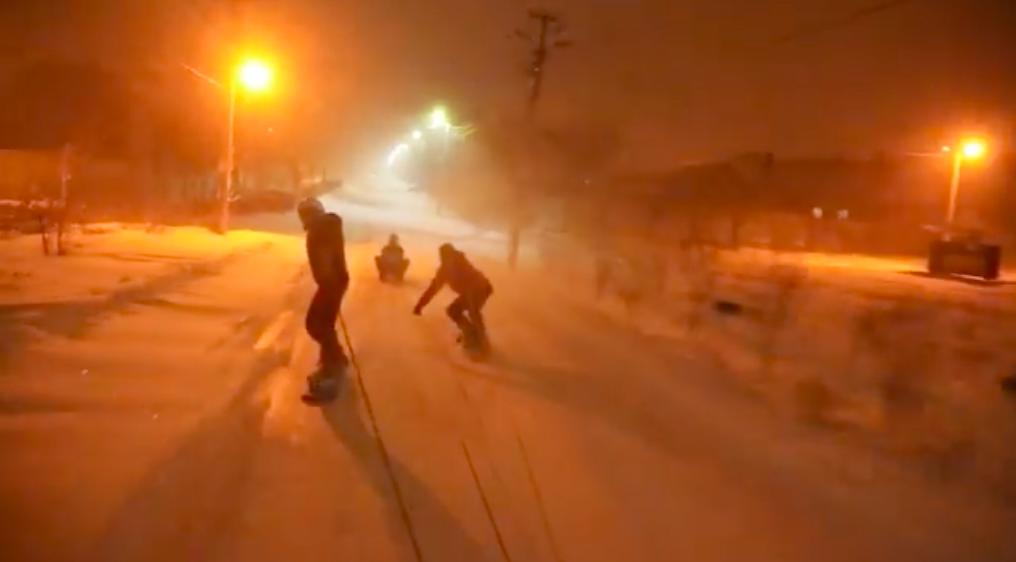 «У нас было 3 машины, сноуборды, санки и 15 друзей-экстремалов»: одесситы устроили катание по заснеженным улицам