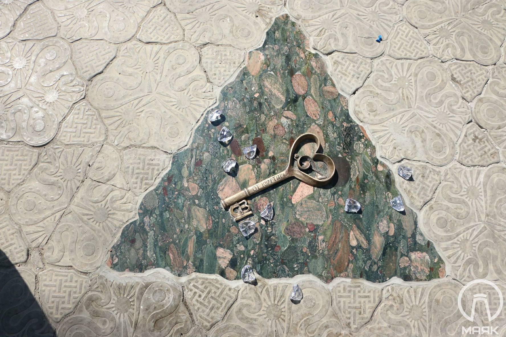 Ключ от квартиры: в Одессе открыли мини-скульптуру по роману «12 стульев» Ильфа и Петрова