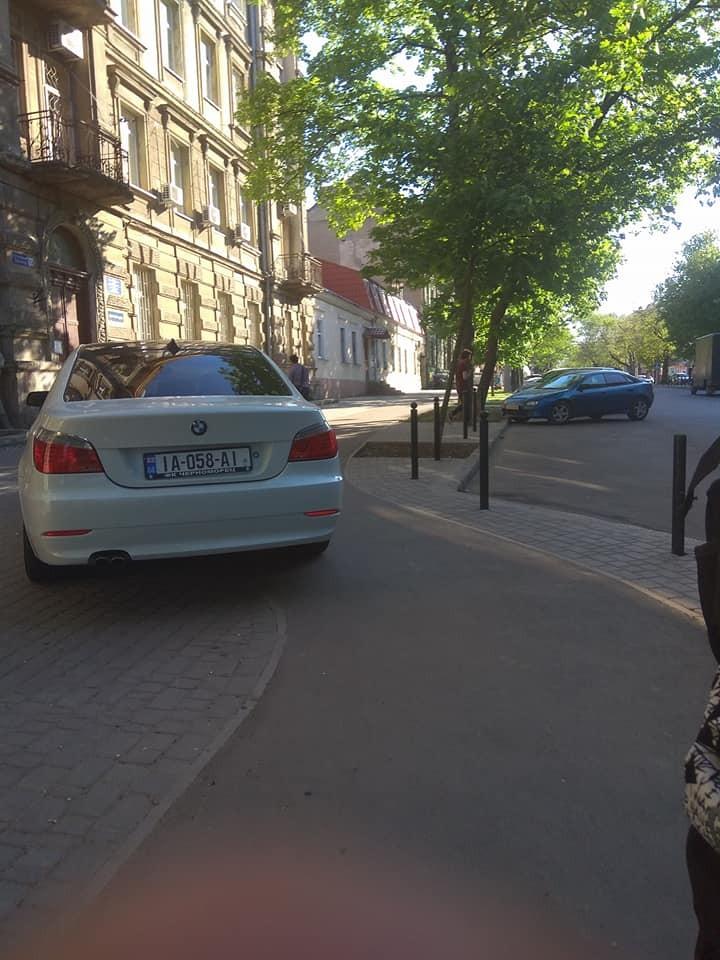 Обустроенная за миллионы велодорожка на Ольгиевской не используется — нет разметки и знаков