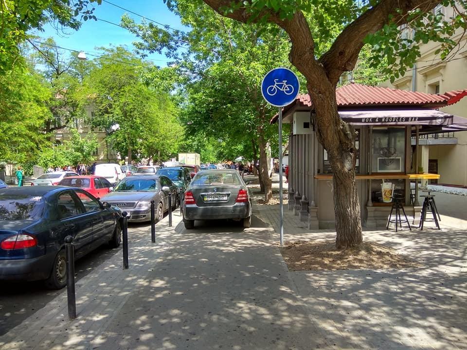 Вдоль велодорожки на Ольгиевской установили знаки