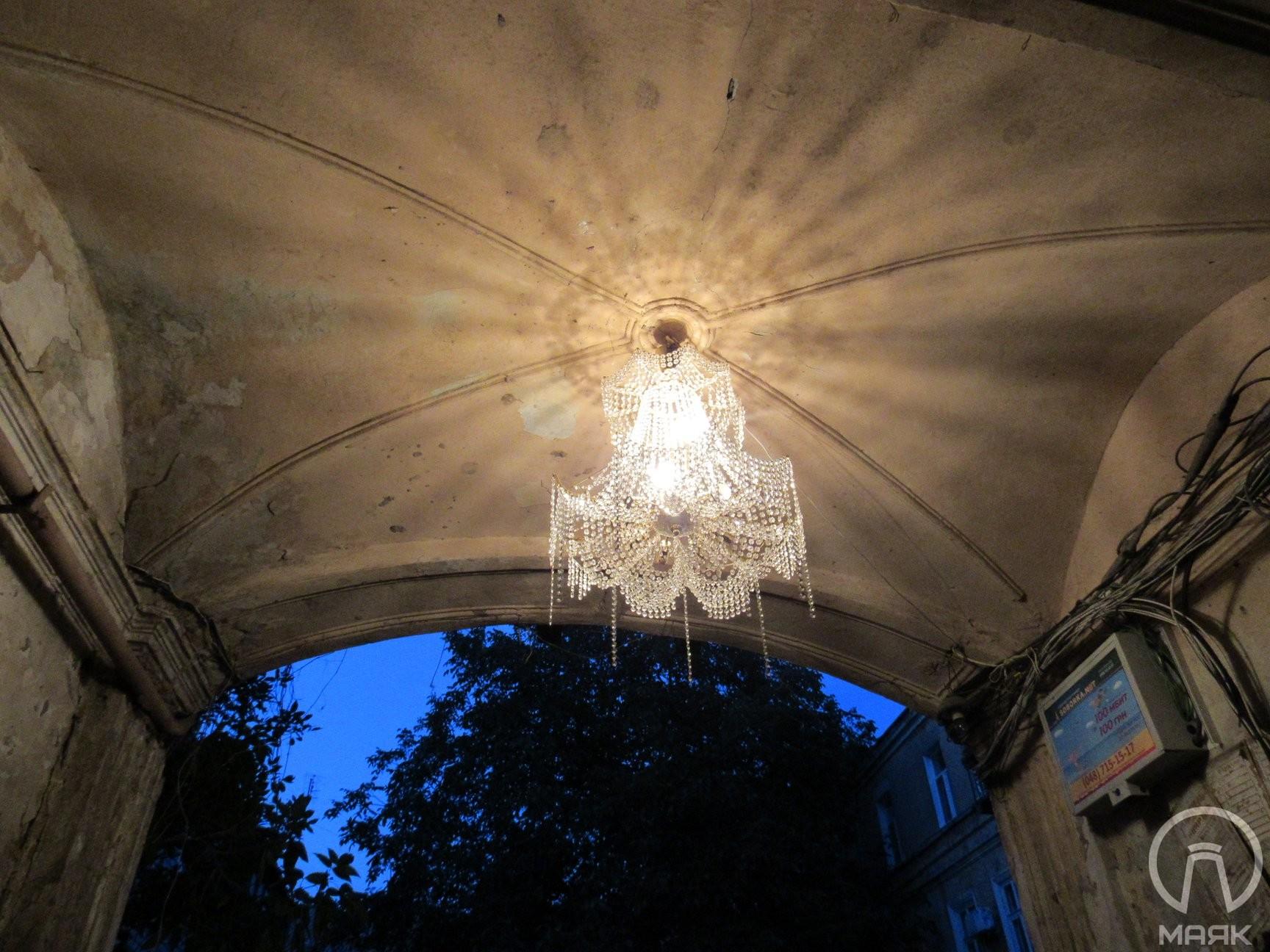 На Княжеской жители дома повесили в подворотне люстру