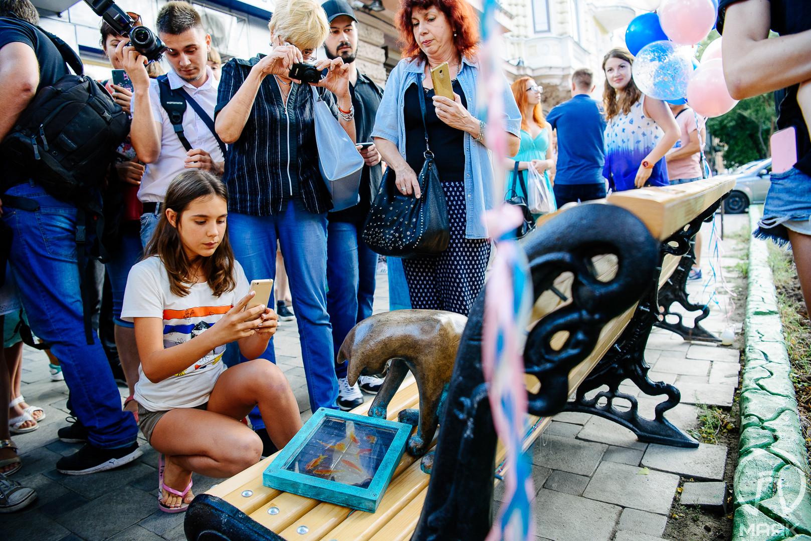 В Одессе появилась скульптура Кота-геймера с планшетом