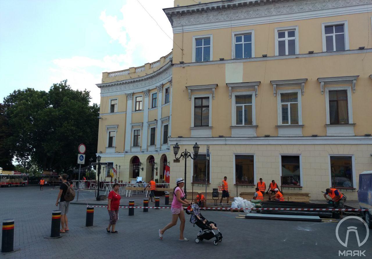 На Приморском бульваре готовятся реставрировать второй полуциркульный дом за спиной памятника Дюку