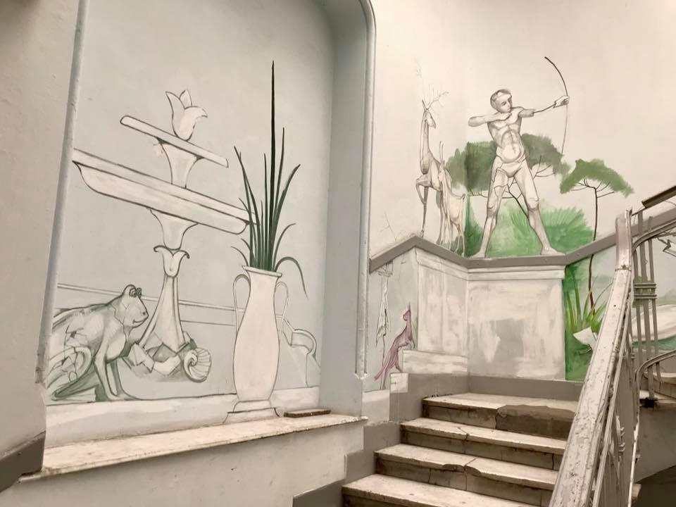 В подъезде дома, где жила Кира Муратова, появилась роспись