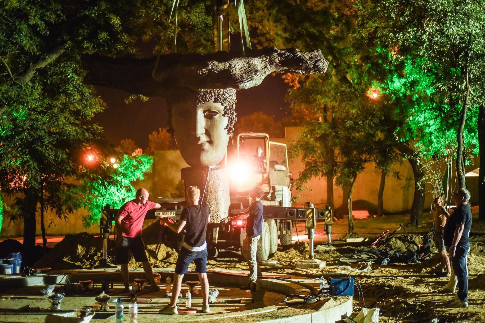 В Греческом парке устанавливают главную скульптуру фонтана и всего парка