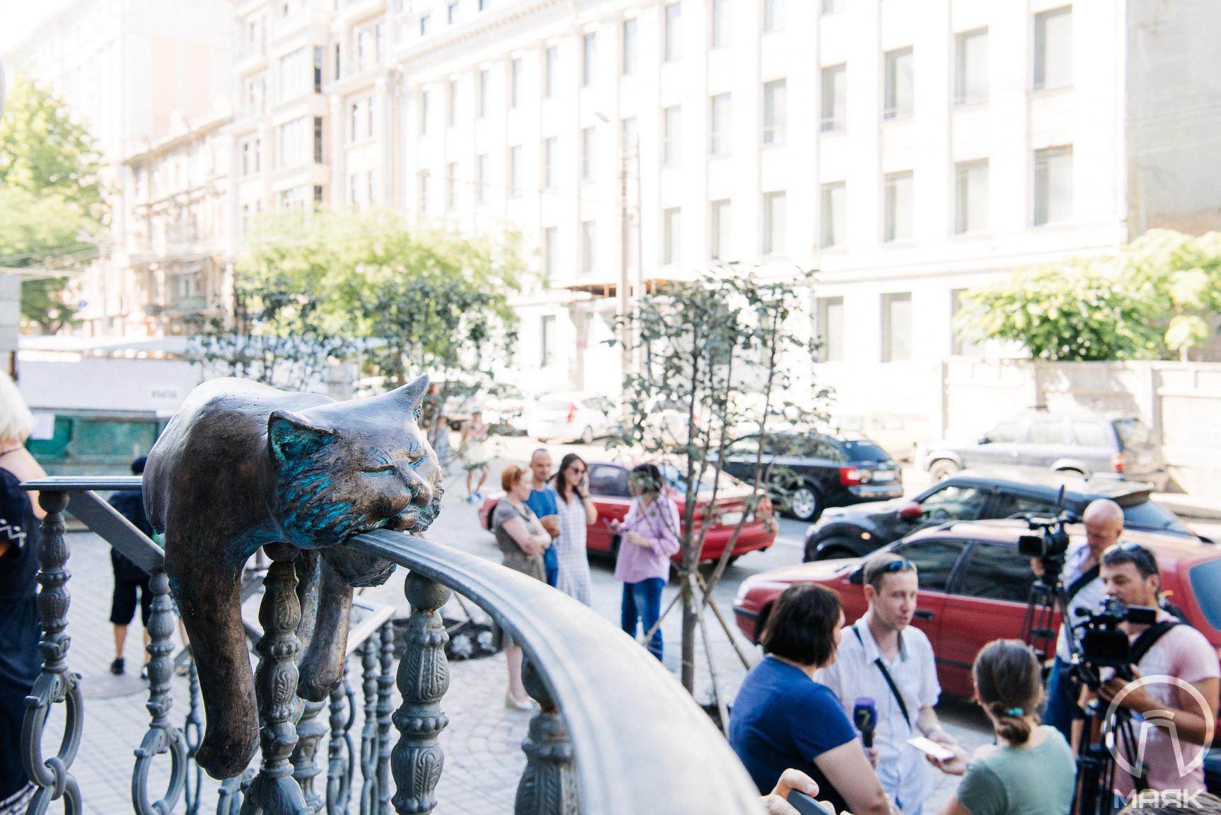 На Большой Арнаутской появилась скульптура «Офисный кот»