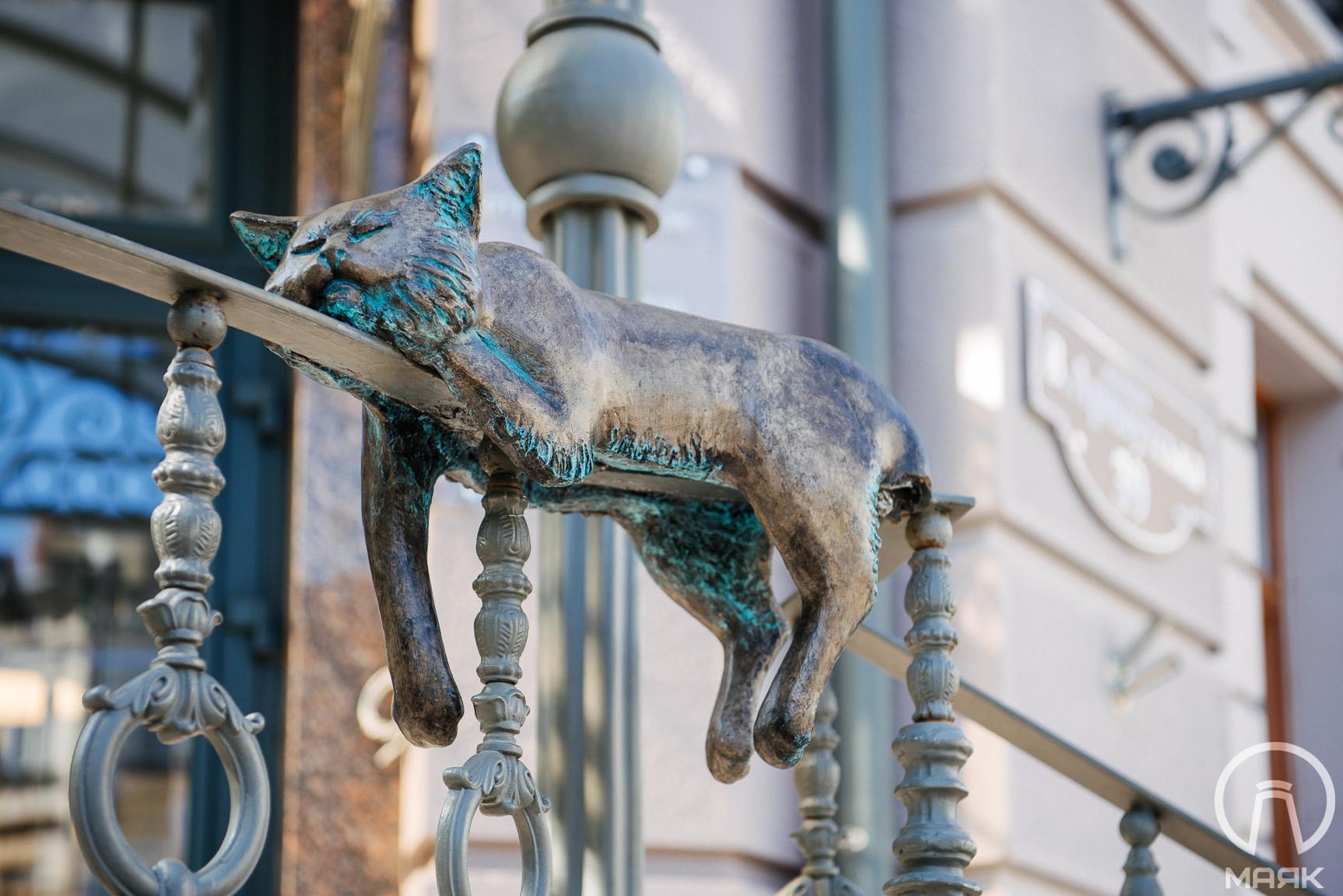Скульптуре офисного кота отломали хвост