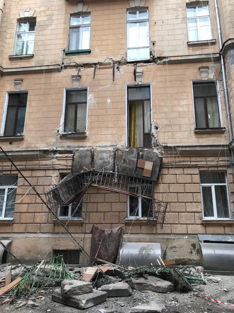С дома «с самым длинным балконом» на Греческой обрушились два балкона
