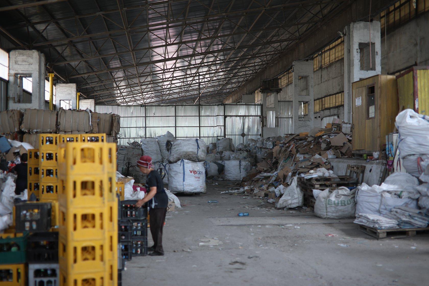 Отходы из желтых контейнеров попадают сюда, в сортировочный цех ООО «Эковтор-17». Об этом Екатерина пишет на Фейсбуке. Здесь и далее фото с ее страницы.