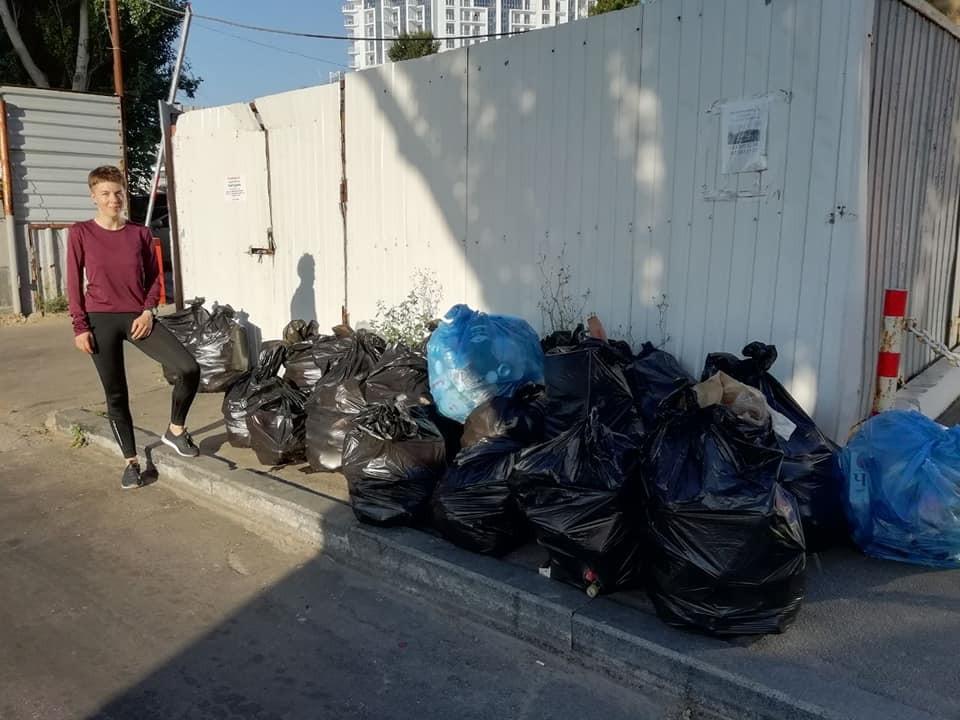 Одесситы убрали мусор с пляжа между 9 и 10-й станциями Большого Фонтана. Фото со страницы Facebook Евгения Лата.