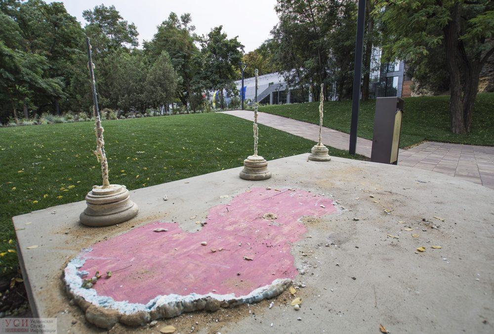 Фото здесь и на превью — УСИ. Вот все, что осталось после статуи.