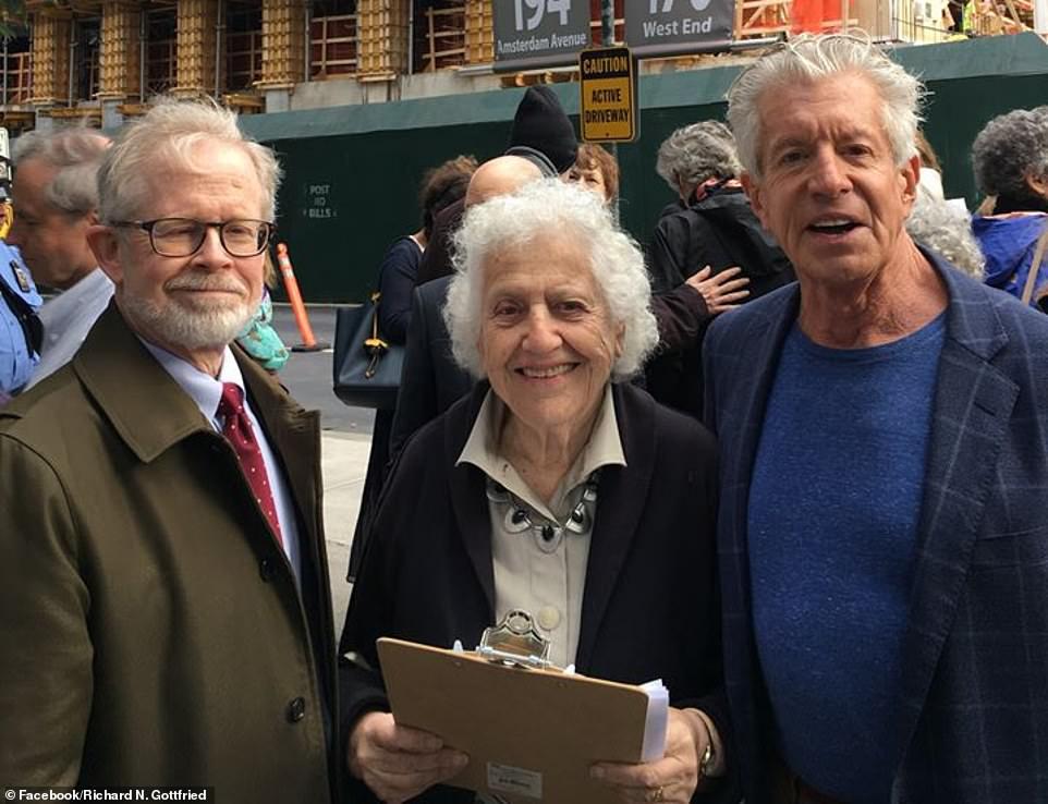 Иск был подан совместно в 2017 году двумя местными некоммерческими организациями. Олив Фрейд (в центре) возглавляет Комитет экологически безопасного развития. Ричард Готфрид (слева) — член этого комитета. Ричард Эмери (справа) — адвокат активистов.