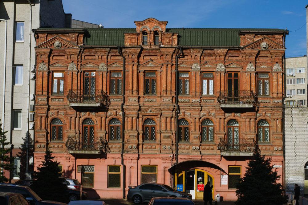 Дом на улице Литейной, 13 — образец уникального екатеринославского кирпичного стиля. Фото — Влад Гончаров.