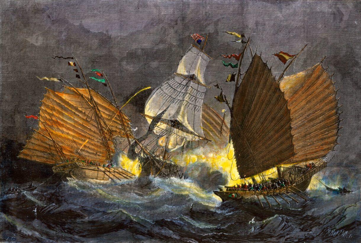 Пиратские джонки атакуют торговое судно.