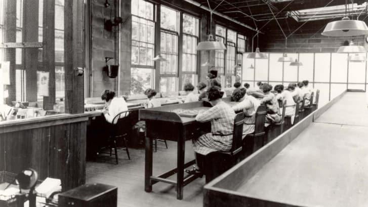 Женщины красят радиевые часы на фабрике, 1922 год.