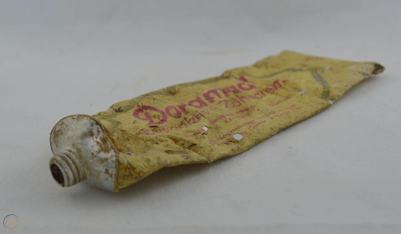 Производитель радиоактивной зубной пасты «Дорамад» утверждал, что она «повышает защиту зубов и десен», потому что «клетки, заряженные новой жизненной энергией, разрушающе воздействуют на бактерии».