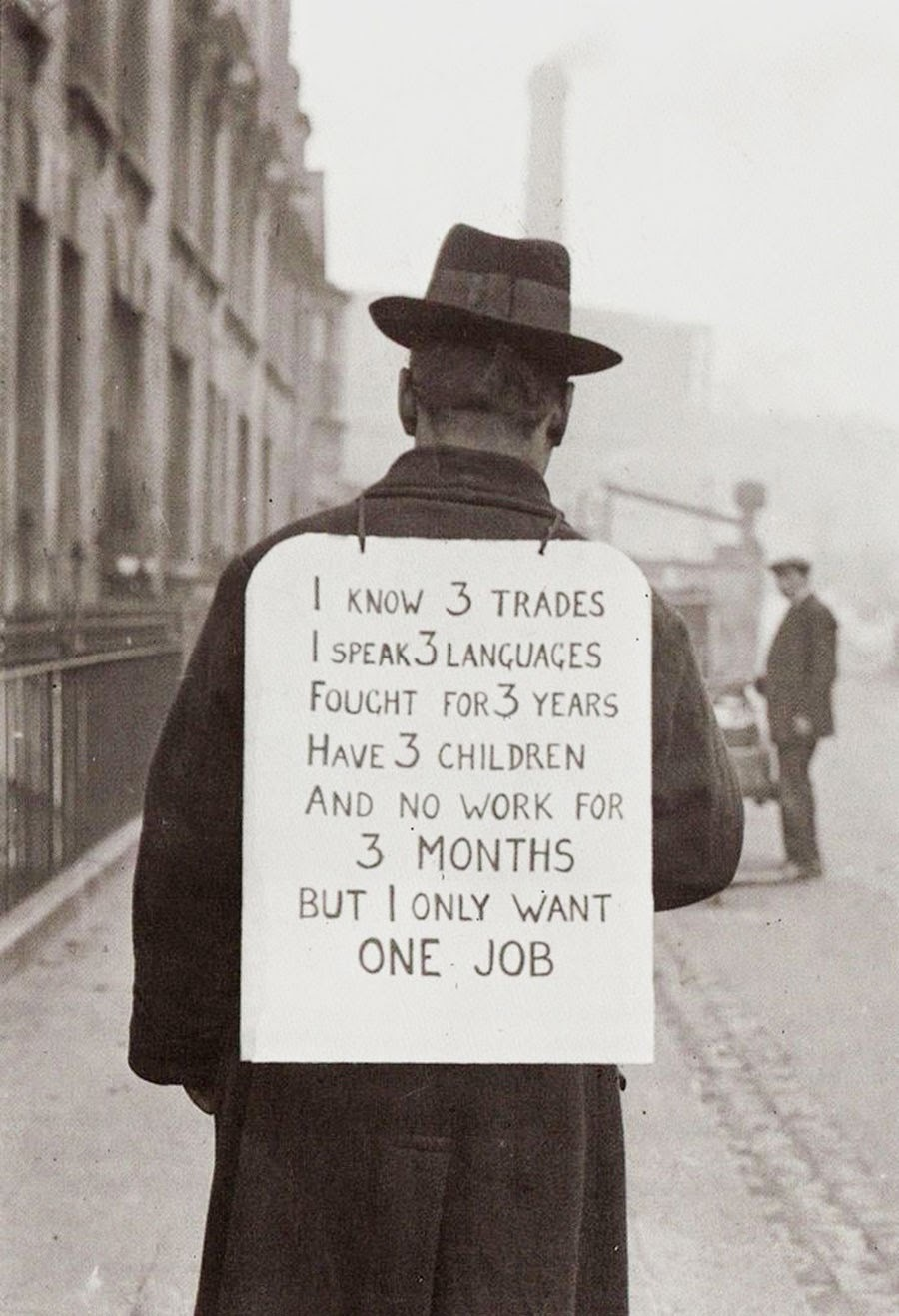 Надпись на плакате: «Я знаю три ремесла, разговариваю на трех языках, воевал три года, имею трех детей и ничего не делаю уже три месяца. Все что мне нужно — это одна работа».