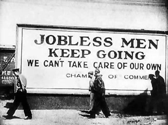 Надпись на плакате: «Безработные идут мимо: мы не можем прокормить даже своих. Торговая палата».