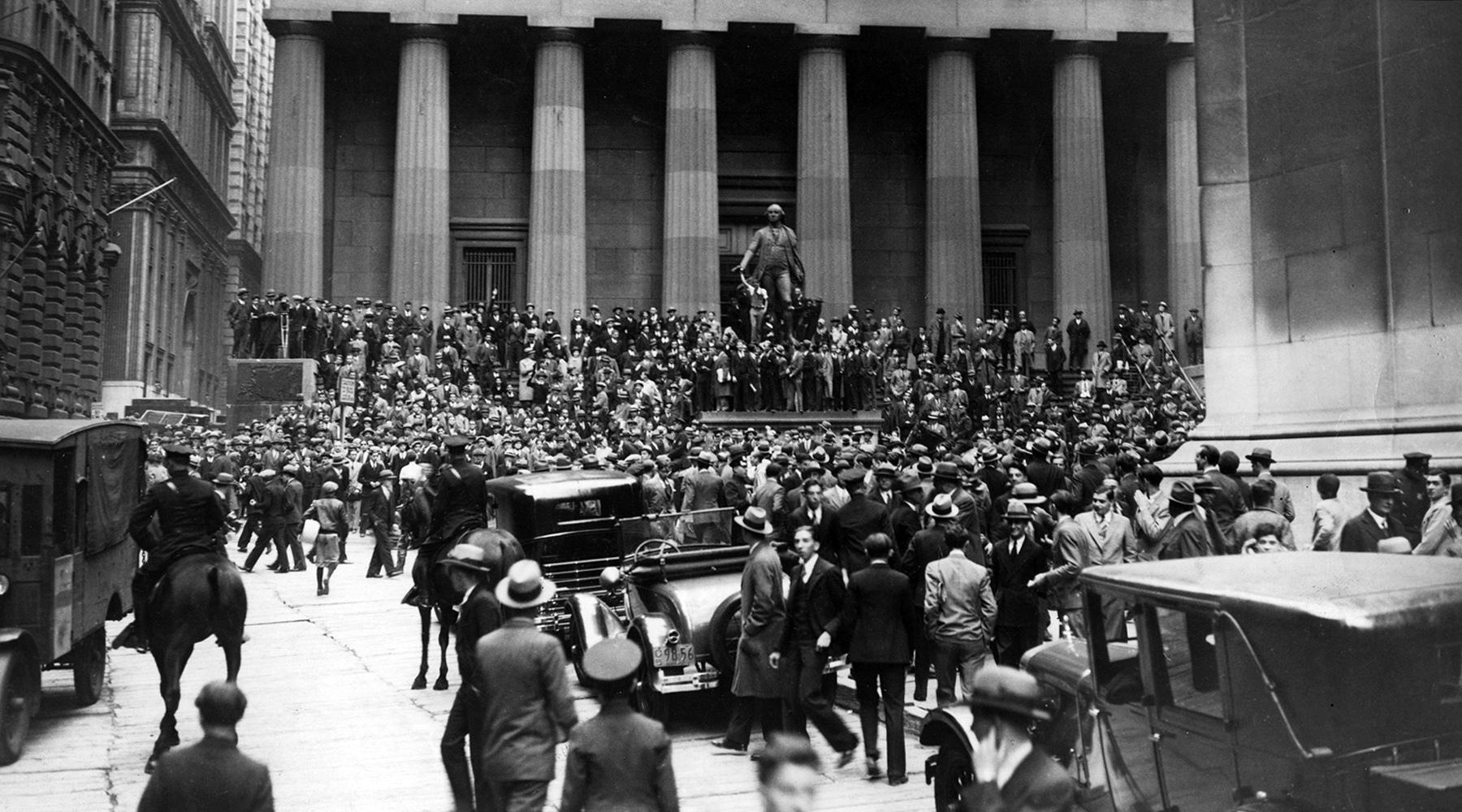 «Черный четверг», 24 октября 1929 года возле Нью-Йоркской фондовой биржи.