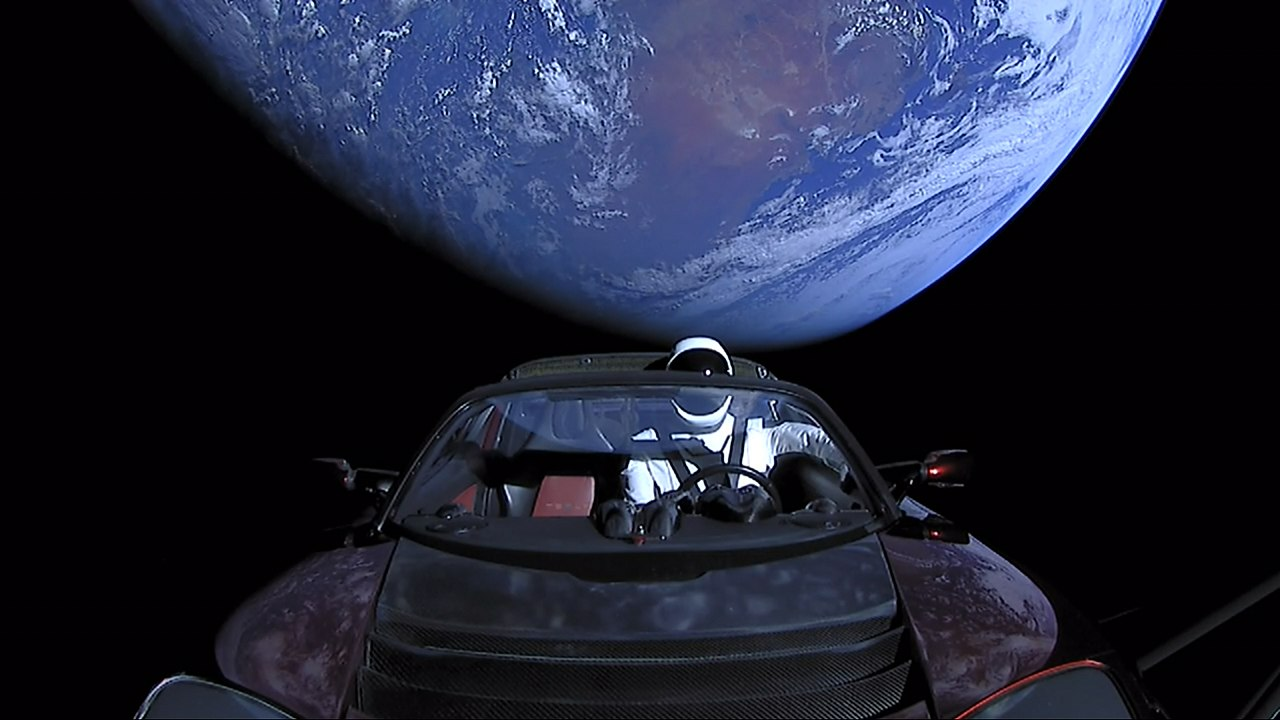 Автомобиль Tesla Roadster в космосе. Фото — SpaceX/Falcon Heavy Demo Mission.