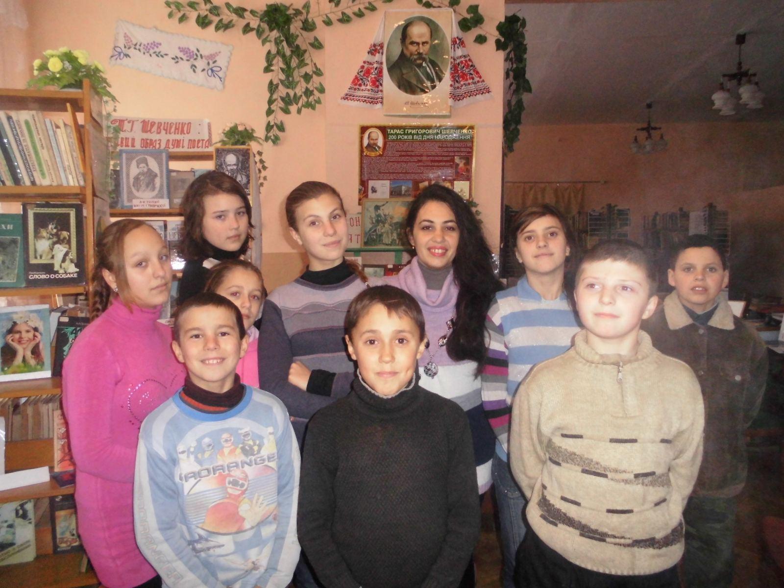 Учитель украинского языка Ирина Тома со своими бывшими учениками в сейчас уже закрытой библиотеке. Фото из личного архива Ирины.