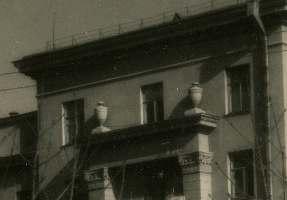 Так выглядит фасад здания на снимке 1953 года. Фото — Facebook.