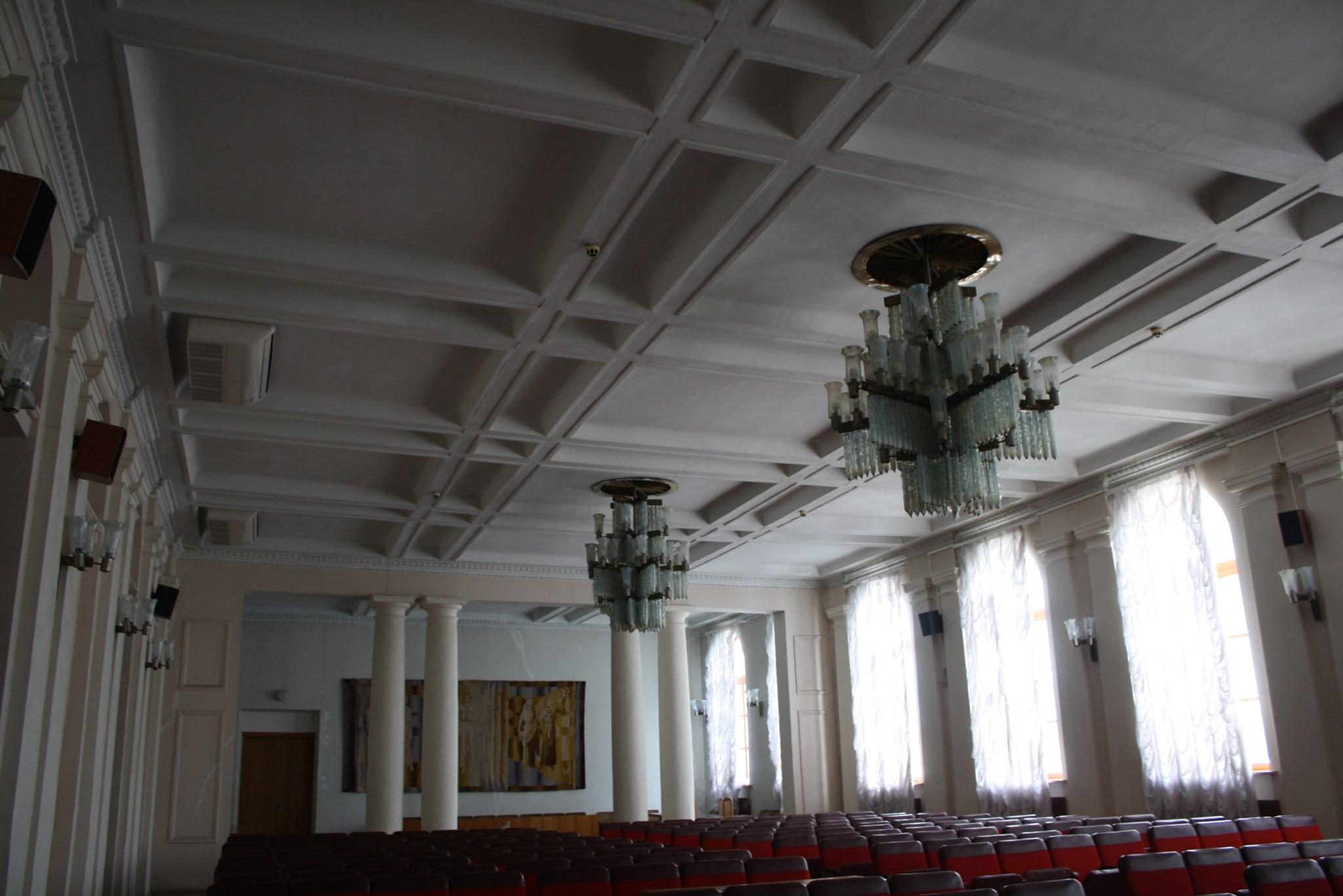 Общий вид зала до ремонта.