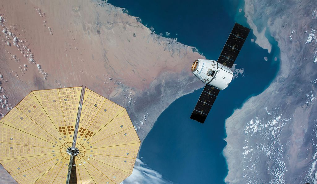 Корабль SpaceX Dragon приближается к Международной космической станции. Фото —NASA.