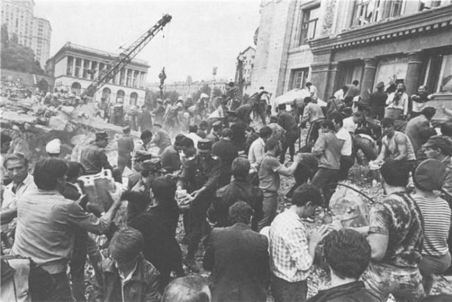Первые минуты после обрушения 2 августа 1989 года.