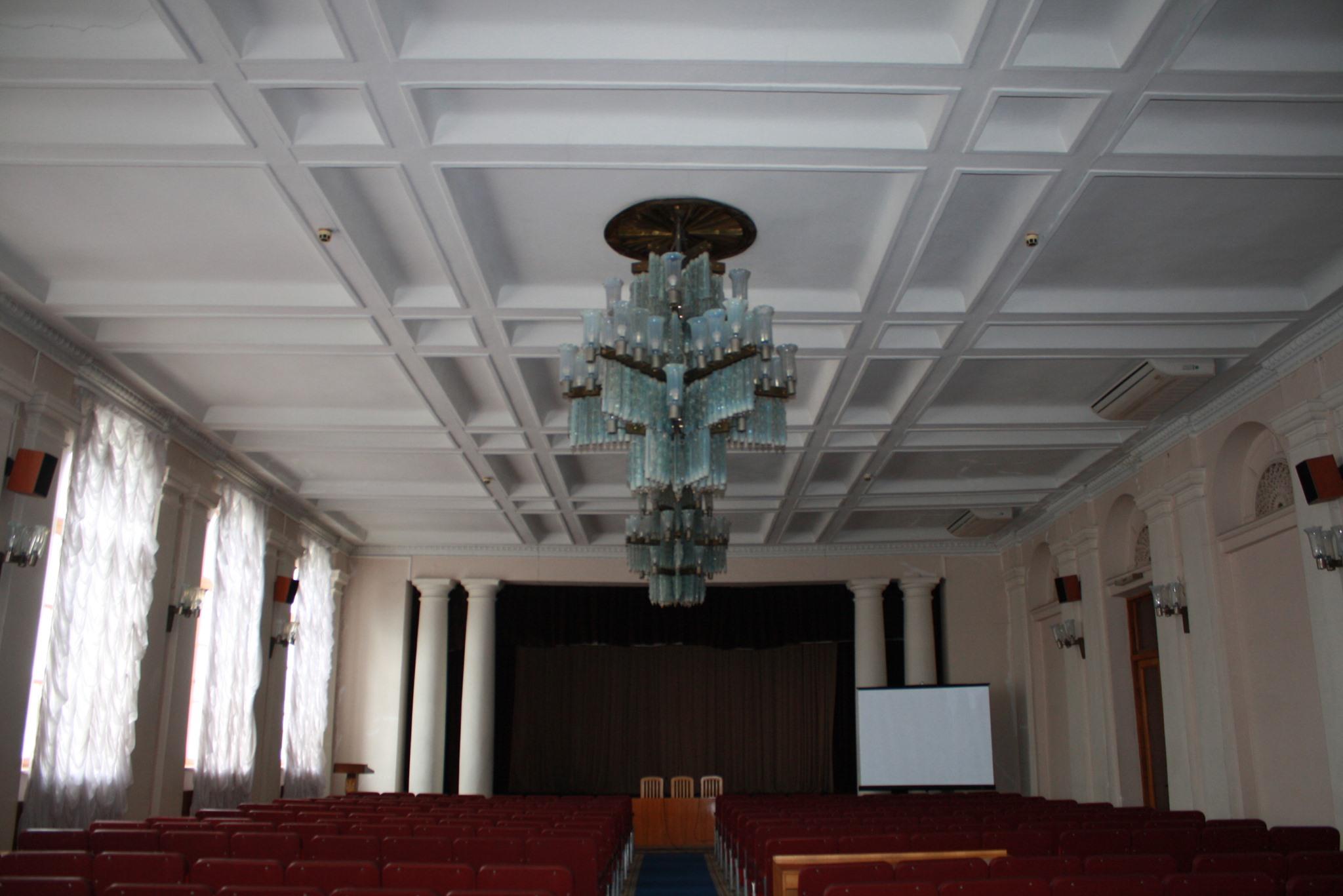 Так потолок выглядел до ремонта.