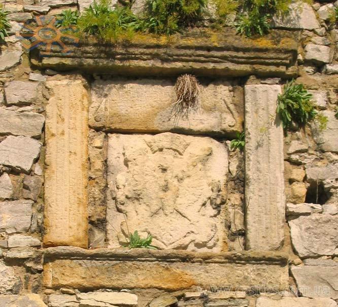 Герб на стене Гончарной башни. Фото —«Замки».