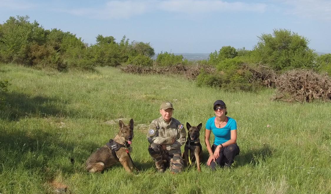 Ведрана Главаш и Андреа Пинтар с собаками-археологами Арвен и Панда.