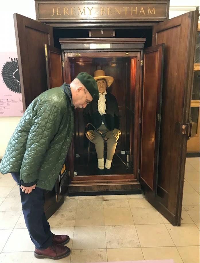 Писатель Борис Акунин в знак уважения кланяется мумии Джереми Бентама. Фото — Музей мировой погребальной культуры.
