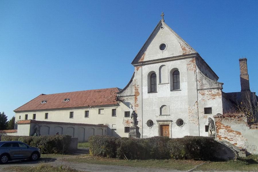 На фото — монастырь у подножья горы.