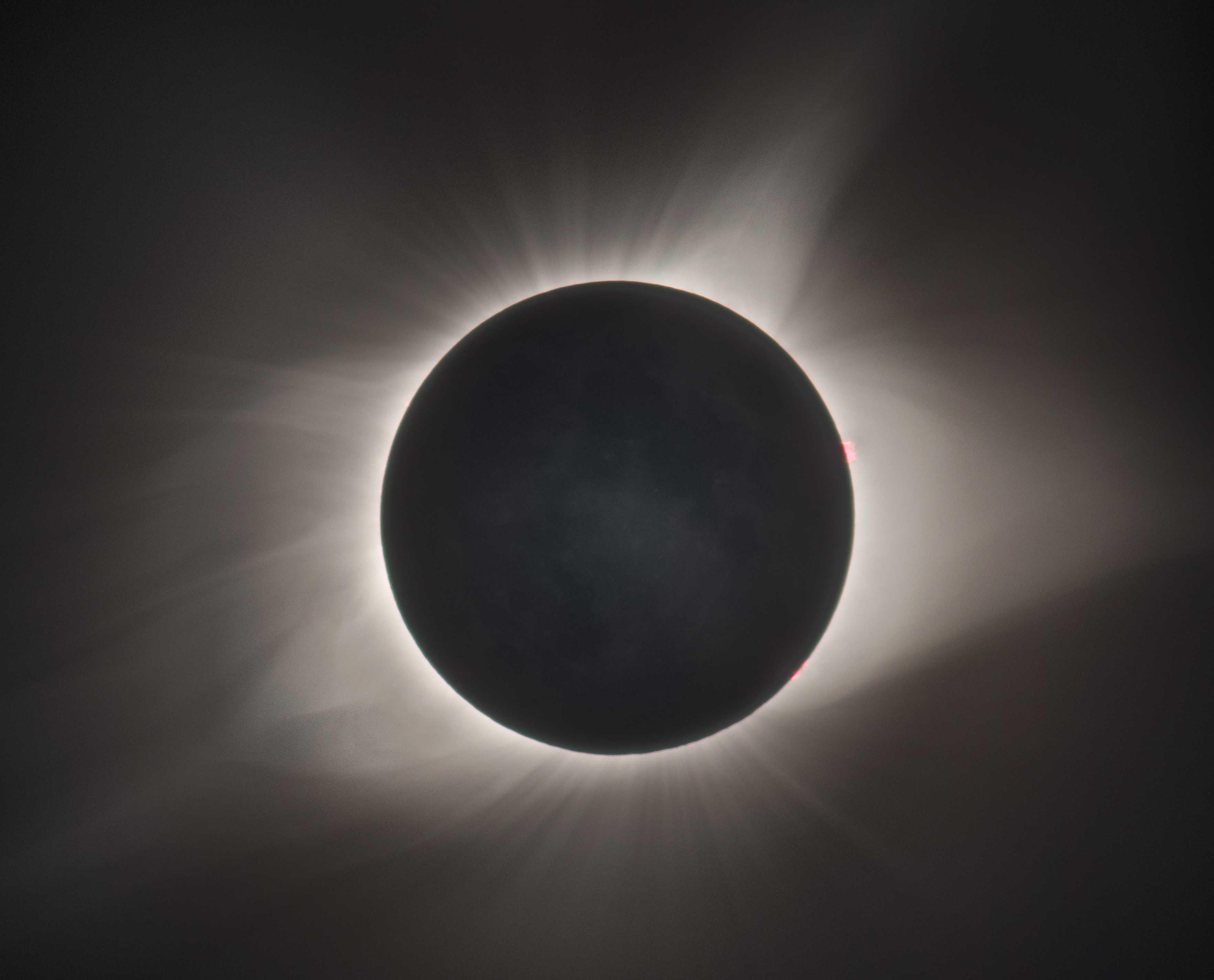 Заметный во время солнечного затмения сияющий ореол— это корона Солнца.