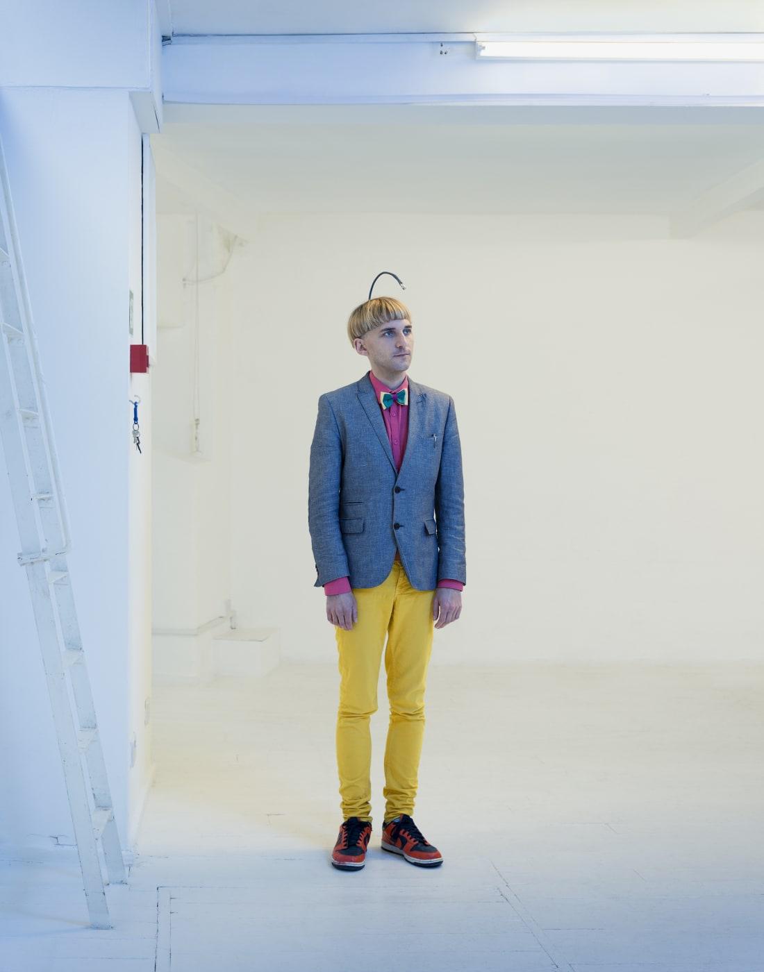 Художник Нил Харбиссон родился с синдромом под названием «ахроматизм», или полный дальтонизм. В 2004 году ему в череп имплантировали антенну, которая позволяет воспринимать цвета как слышимые вибрации.