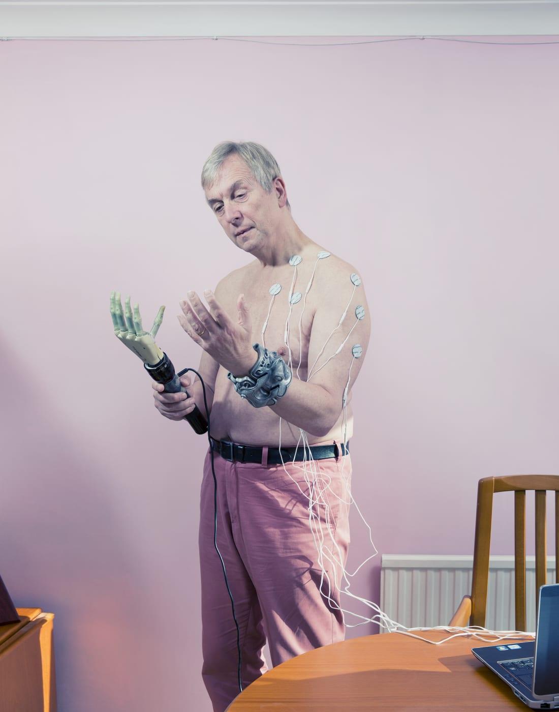Многие считают Кевина Уоррика первым киборгом в мире. У него образована симбиотическая связь с роботизированной рукой. Уоррик соединил нервную систему с компьютером и может управлять рукой с помощью сигналов из мозга.