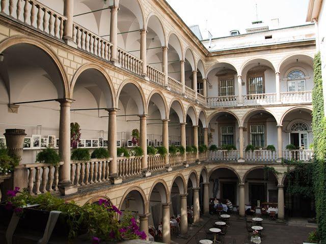 Итальянский дворик во Львове.